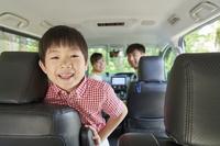 車で出かける日本人親子