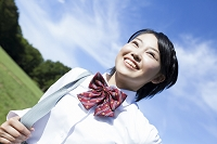 笑顔で走る女子高校生