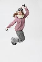 笑顔の女性スノーボーダー
