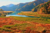 秋田県 仙北市 秋扇湖と草紅葉