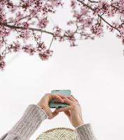 春 桜を撮る女性
