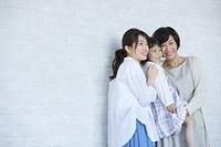 笑顔の日本人の三世代家族