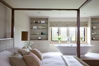 イギリス ベッドとバスタブのある部屋