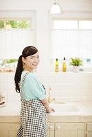 振り返るエプロン姿の日本人女性