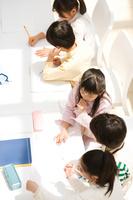 ディスカッションする日本人の子供たち