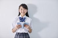 読書をする夏服の女子中学生