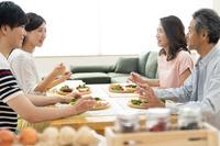 食事で話す家族