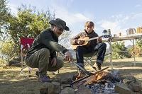 焚き火とシニアの日本人男性
