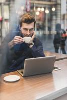 カフェで仕事をする外国人男性
