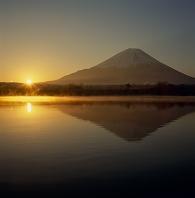 山梨県 富士河口湖町 精進湖 朝日と富士山