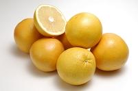 複数のグレープフルーツとグレープフルーツの断面