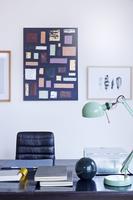 ライティングデスクと壁の絵画