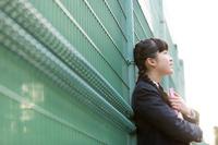 遠くを眺める女子学生の横顔