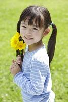 新緑の中の日本人の女の子
