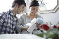 出産直後の赤ちゃんと父母