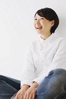 胡坐を組む日本人女性