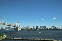 東京都 芝浦埠頭付近から望むレインボーブリッジとお台場方面の...