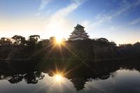 大阪府 大阪城 内堀に投影する天守閣と朝日