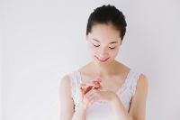 クリームを塗る日本人女性