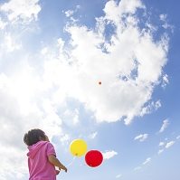 風船を持つ女の子