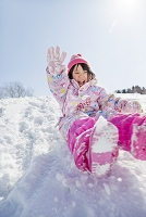 雪の公園で遊ぶ日本人の女の子