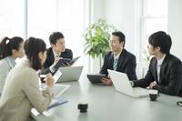 ミーティングをする日本人ビジネスマン