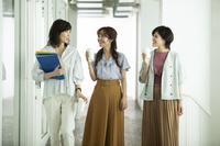 オフィスで話す日本人女性