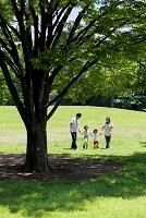 公園で手を繋ぐ日本人家族