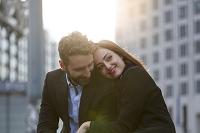 腕を組む若いカップル