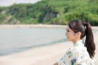 ビーチでくつろぐ日本人女性