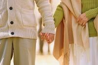 黄葉と手を繋ぐカップル