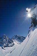 フランス 崖からジャンプするスノーボーダー