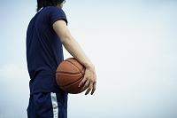 バスケットボールを持つ日本人男性