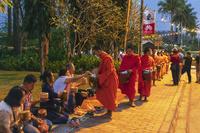 ラオス 托鉢する僧侶