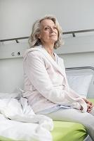 病室のシニア女性