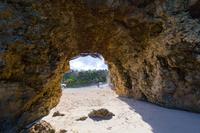 洞窟内から望む砂山ビーチ