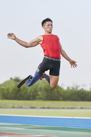 ジャンプする義足の走幅跳選手