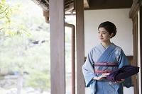 縁側を歩く着物の日本人女性