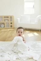 タオルに囲まれた裸の日本人の赤ちゃん