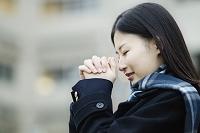 お祈りをする女子高生