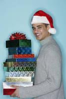 クリスマスプレゼントを持つ男性