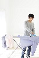 アイロンをかける若い日本人男性