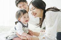 赤ちゃんと遊ぶ両親