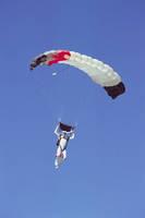 パラシュートを開いて降りるスカイダイバー