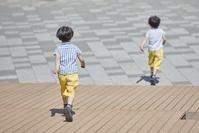 走る日本人の双子