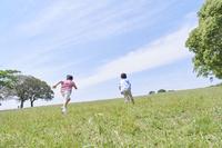 野原の中を走る兄弟