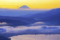 長野県 高ボッチから望む夜明けの富士山と諏訪湖