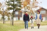 散歩をする日本人家族