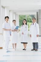 廊下にいる笑顔の医療チーム