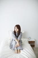 ベッドの上でくつろぐ日本人女性